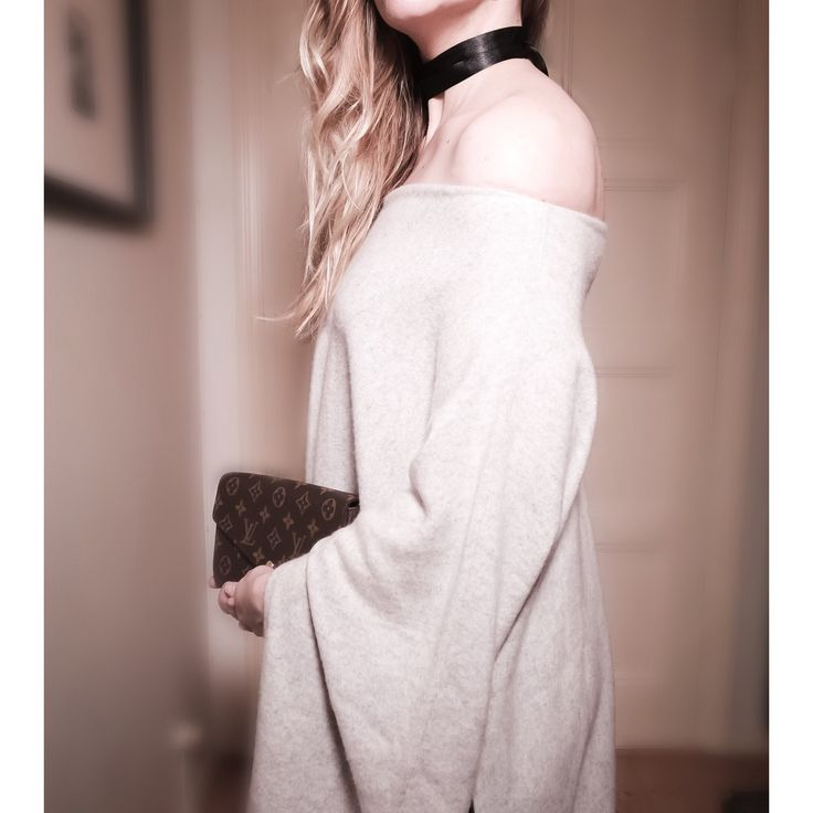Cashmere sweater with choker.