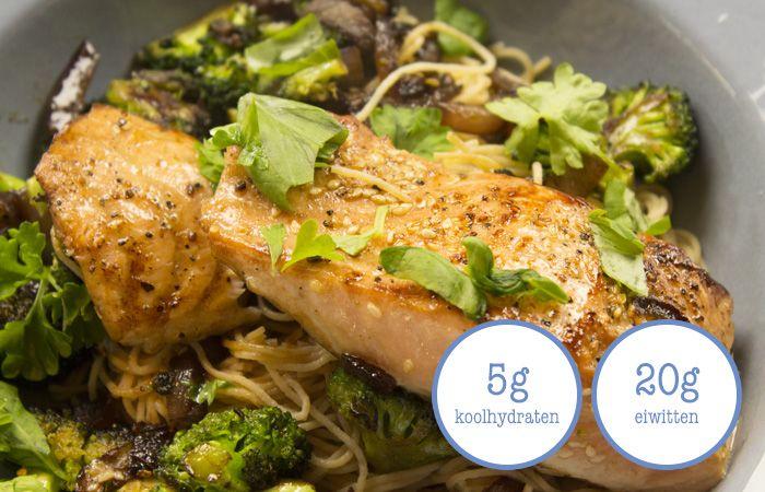 Met dit recept maak je een fantastisch Aziatisch gerecht van noodles, zalm en broccoli. Wat past in een koolhydraatarme levensstijl.