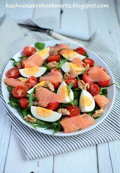 Kuchnia szeroko otwarta: Fit! Sałatka z wędzonym łososiem, jajkiem i rukolą