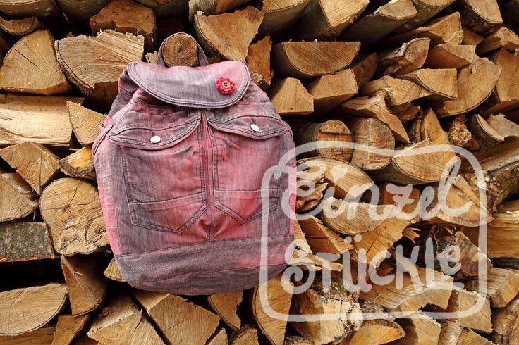 Jeansrecycling, Rucksack aus 2 alten Jeans, rot eingefärbt