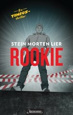 For første gang skriver Stein Morten Lier thriller for ungdom. Resultatet er en intens, spennende fortelling om Tinius, som liker å ta sakene han kommer over i egne hender. Han er en fersking - en rookie - når det gjelder etterforskning og politiarbeid, noe som fører til at han kommer opp i farlige situasjoner.