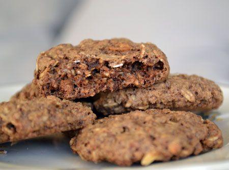 Receita de Cookies de Chocolate - açúcar, manteiga sem sal, ovo, essência de baunilha, farinha de trigo, bicarbonato de sódio, sal, fermento químico em pó, granola, gota de chocolate, castanha-de-caju