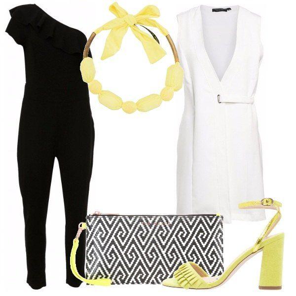 Tuta jumpsuit nera con rouches, monospalla, gilet lungo bianco con scollo profondo, sandali gialli con cinturino alla caviglia, tacco largo e frange, pochette bianca e nera, con fantasia ottica e cinturino giallo, collana gialla con fiocco, in tessuto.
