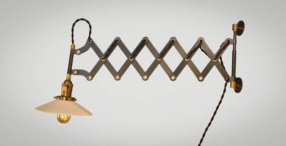 Dit is een meer ramped up versie van onze standaard scissor-Schans. Op basis van de originelen uit de jaren 1940 en vervaardigd uit duurzame materialen: stevige stalen behuizing met holle klinknagels messing en gietijzer wandmontage. Alle delen hebben zijn hand leeftijd voor vintage effect. Subtiele variaties naar de finish op de zwarte stalen body en een extra set van scissor links.  Komt vast met een antieke stijl lamp socket, 9 voeten van gedraaide doek snoer en een industriële stekker…