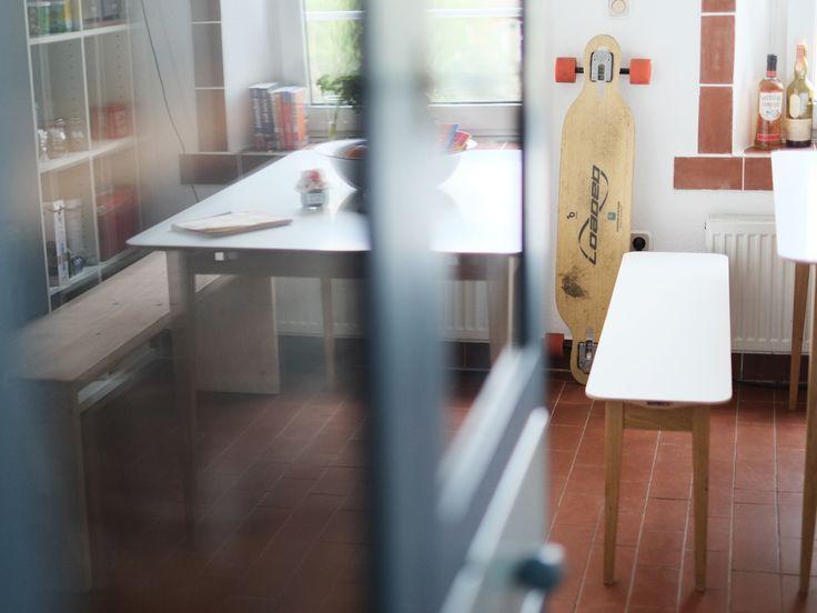 Hafenholz Sitzbank - Eine durch die abgeschrägte Kante der Tischplatte und die schlanken Füße sehr leicht und unaufdringlich wirkende Sitzbank für den Hafenholz Beluga Esstisch. Die Oberfläche der Bank besteht aus einer Multiplexplatte mit einer weißen, seidenmatten Melaminharzoberfläche. Zarge und Beine sind aus geölter Eiche gefertigt.