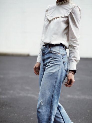 Blouse sobrement victorienne + jean flare court sur la cheville = le bon mix