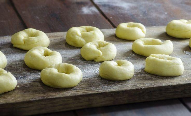 Queste ciambelle rese morbide dalle patate, sono uno dei dolci più classici del Carnevale, e come tradizione vuole vanno fritti; provate a farle, la ricetta è molto facile, e servitele  cosparse di abbondante zucchero.