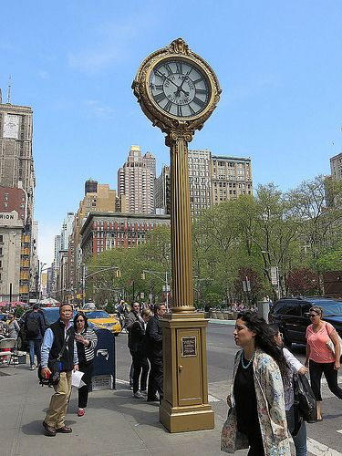 The magnificent cast iron fifth avenue building clock - Appartement de standing horloge tower ...