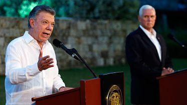 Presidente Santos pide a Mike Pence que EE.UU. descarte una intervención militar en Venezuela CARTAGENA.- El Presidente colombiano, Juan Manuel Santos, le solicitó hoy al vicepresidente de Estados Unidos, Mike Pence, descartar una intervención militar en Venezuela.