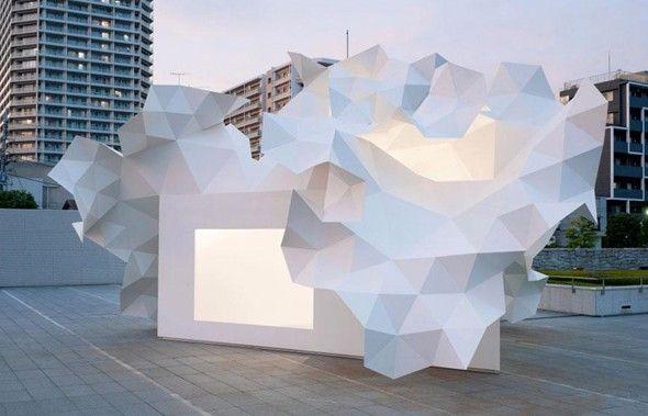 Oeuvre architecturale pour le Musée d'Art Contemporain de Tokyo  L'architecte japonais Akihisa Hirata a créé le Pavillon Bloomberg, un espace d'art expérimental qui se trouve devant l'entrée principale du Musée d'Art Contemporain de Tokyo (MOT). Cette structure géométrique, qui s'inspire de cristaux, est destinée à devenir un espace d'expositions et de performances pour les jeunes artistes.