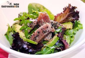 Ensalada de atún marinado con lima y sésamo negro.