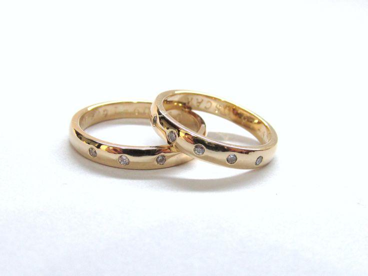 Clásicas y elegantes, juego de argollas en amarillo de 18k, fabricadas a mano, sobre pedido con grabado interno personalizado. R686 #duranjoyerosbogota #joyeria #joyasbogota #hermosasjoyas #argollasdematrimonio #argollas #oro #hechoamano #matrimonio #novios #compracolombiano #Colombia #gold #handmade #jewelry #fabricaciondejoyas #renovamostujoyero #Fabricaciondejoyasenoroyplatino