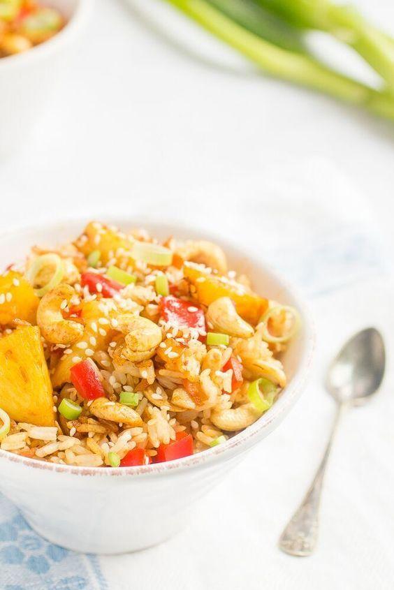 """Jag är en periodare. Jag kanfå plötsliga cravings för en viss rätt eller typ av mat och äta den flera gånger i veckan, och sedan när jag """"tröttnat"""" kan det gå månader och till och med år innan jag äter det igen. Just nu är jag inne på thaimat. Jag spenderade så mycket tid i Thailand för ett par år sedan att jag totalt föråt mig på alla smakrika rätter i det thailändska köket - inte minst """"Thai fried rice"""". Men nu har det gått ett tag sedan dess och mina cravings för stekt..."""