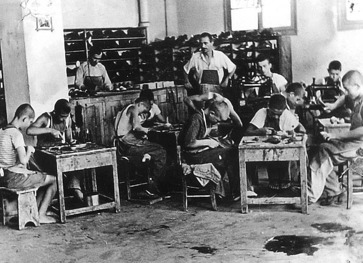 Στο υποδηματοποιείο του ιδρύματος «Αριστοτέλης» στην Καλαμαριά, το 1950