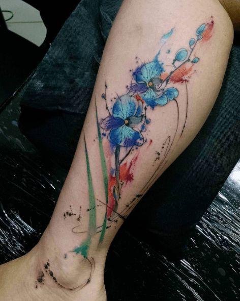 Tatouage jambe aquarelle fleurs