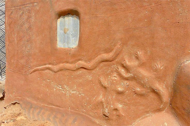 https://flic.kr/p/69HhMN | Cour Royale à Tiébélé | We bezoeken een 'paleisdorp'  van de mensen van de kassena of de  'Gourounsi' stam. De bewoners behoren tot dezelfde familie van verschillende generaties.  De lemen huizenbouw behoort tot een oude traditie. De mannen bouwen het huis en de vrouwen brengen de versieringen aan de gevels. Alle figuren hebben een symbolische betekenis.   Ronde kleine huisjes 'dra' behoren aan jonge vrijgezellen. De rechthoekige 'mangolo' met terras behoren aan…