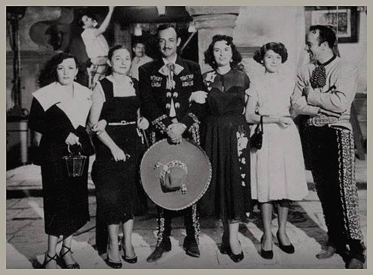 """4 afortunadas seguidoras, se tomaban la foto con sus grandes ídolos de la pantalla grande, los entrañables actores y cantantes… JORGE NEGRETE Y PEDRO INFANTE… mismos que filmaban, la épica cinta de 1952. """"2 tipos de cuidado""""."""