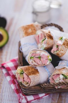Il wrap di tonno e avocado con salsa allo yogurt e daikon è una ricetta perfetta per un pic-nic e come gustoso street food per l'estate! (Tuna, avocado and daikon wrap)
