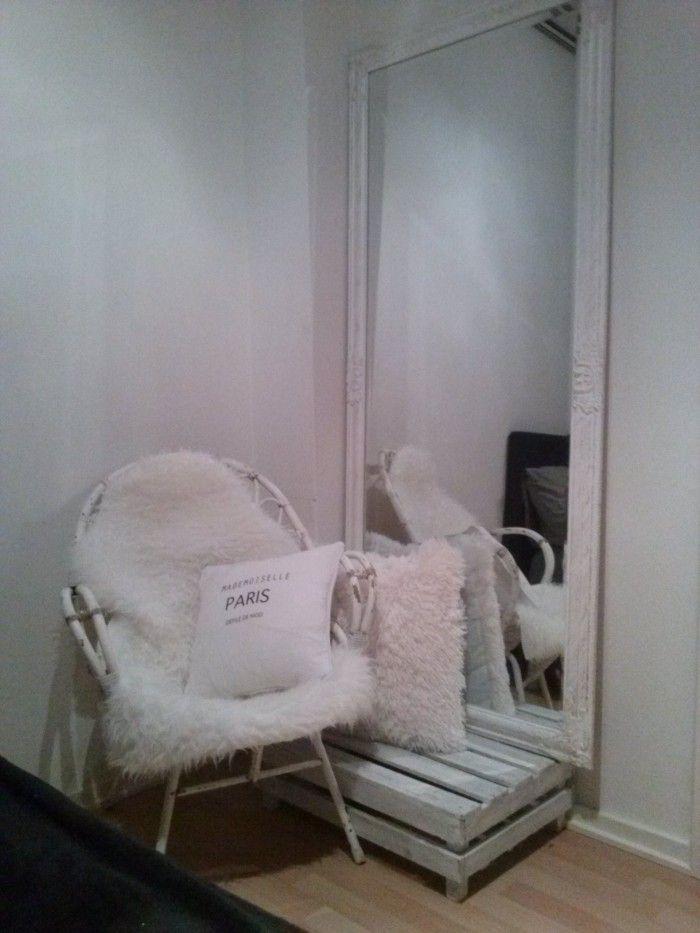 oude rieten stoel, met ikea bont kleedje. Helemaal hip.