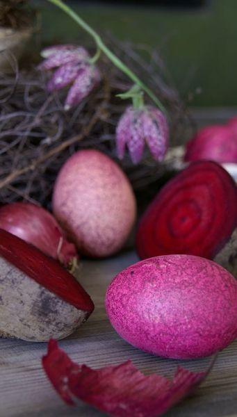 Ostereier marmorieren: Mit Randensaft und Zwiebelschalen lassen sich tolle Muster auf die Ostereier färben.
