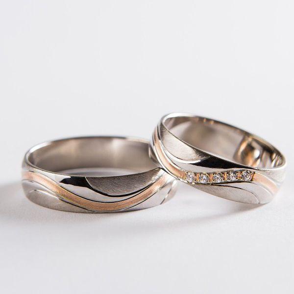 Snubní prsteny z bílého zlata. Po obvodu se nachází drážka ze zatepaného červeného zlata představující větev a listy.