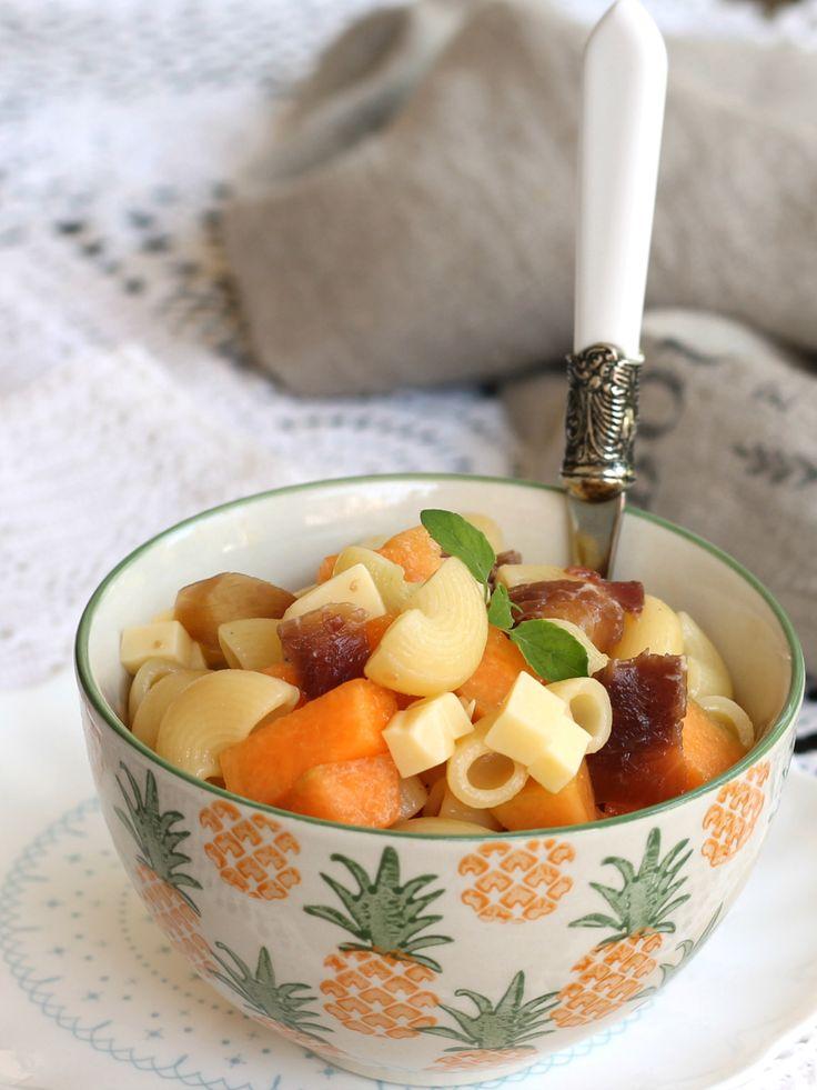 La pasta fredda melone e bresaola è un insalata veloce che funge da piatto completo. Ideale nelle giornate estive, ottima anche da portare al mare.