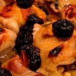 Coxas de Frango ao Forno - Coxas de frango temperadas com limão e açafrão; regado com vinho branco, molho de soja e sucos de abacaxi e laranja; ao forno dourado com manteiga....