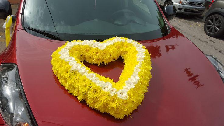 Έχουν διαταχθεί περιμετρικά τα χρυσάνθεμα σε κίτρινο χρώμα και στη μέση λευκά τριαντάφυλλα. Εντυπωσιακός στολισμός αλλά και συνάμα πολύ φωτεινός ! http://www.anthemion-wedding.gr/el/stolismos-aftokinitoy-gamoy