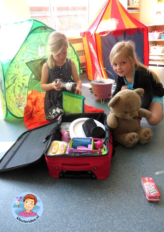 Campinghoek met tenten, rollenspel en hoeken voor kleuters, kleuteridee, preschool camping theme.