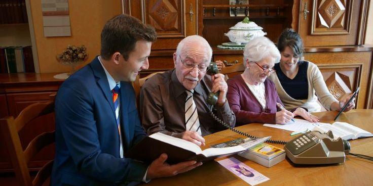 Un matrimonio de edad avanzada recibe la ayuda de una pareja joven para predicar por teléfono y por carta