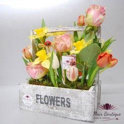 Ladita cu flori CTF003 O ladita din lemn in nuante de alb-gri, plina cu flori de primavara : lalele, narcise, trandafiri si muschi.