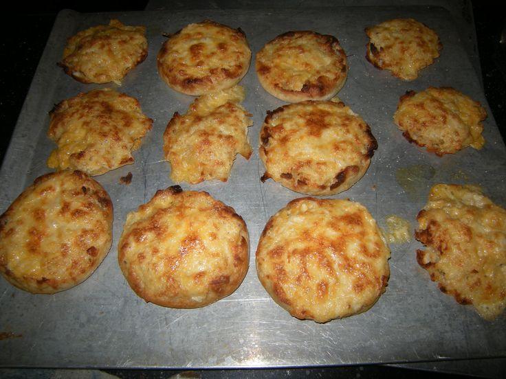 Cheese Crabmeat English Muffins - very easy to make, great for snacks, lunches, appetizers: Chee Crabmeat, Appetizers Recipes, Lunches, Muffins Cheese, Crabmeat English Muffins, English Cheese, Appetizers Ideas, Amazing Appetizers, Cheese Crabmeat