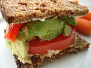 Sandwich avocat, tomates et pain aux noix #recettesduqc #lunch #sandwich