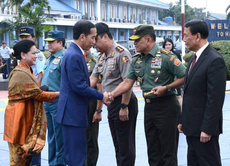 Presiden Jokowi didampingi Ibu Negara Iriana saat akan bertolak menuju Beijing, RRT, Sabtu (13/5) JAKARTA , 13 Mei 2017-Presiden Joko Widodo dan Ibu Negara Iriana Joko Widodo . Sabtu siang, bertola…