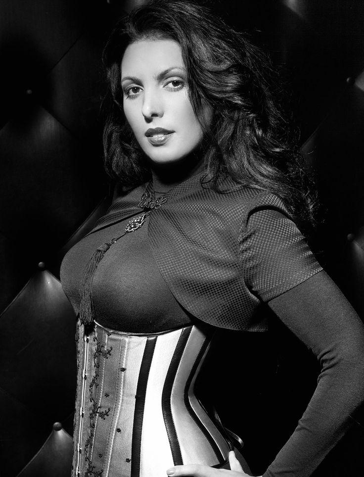 Изюминкой корсета #скарлетт являются вертикальные кожаные вставки, которые создают манящий изгиб. Удивительно, как одна маленькая деталь может сделать образ столь ярким и притягательным 💣 #nadiapiskun #надяпискун #nadiapiskunofficial #стиль #corset #пошивназаказ #korset #корсет #талия #дизайнеродежды #корсеты #нижнеебельеручнойработы #тонкаяталия #beautybody #быстропохудеть #корректирующеебелье #idealbody #утяжка #утягивающийкорсет #похудетьэффективно #corsetmaking #корсетдляпохудения…