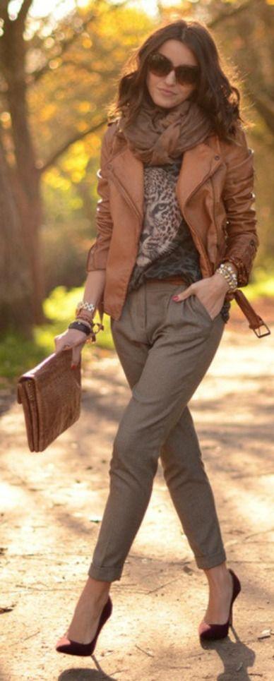 Sabe aquela camiseta e jaqueta de couro? Juntas e misturadas podem informalizar e modernizar aquela calça de alfaiataria e dar um super jogo e look cheio de bossa para o trabalho! Que tal???