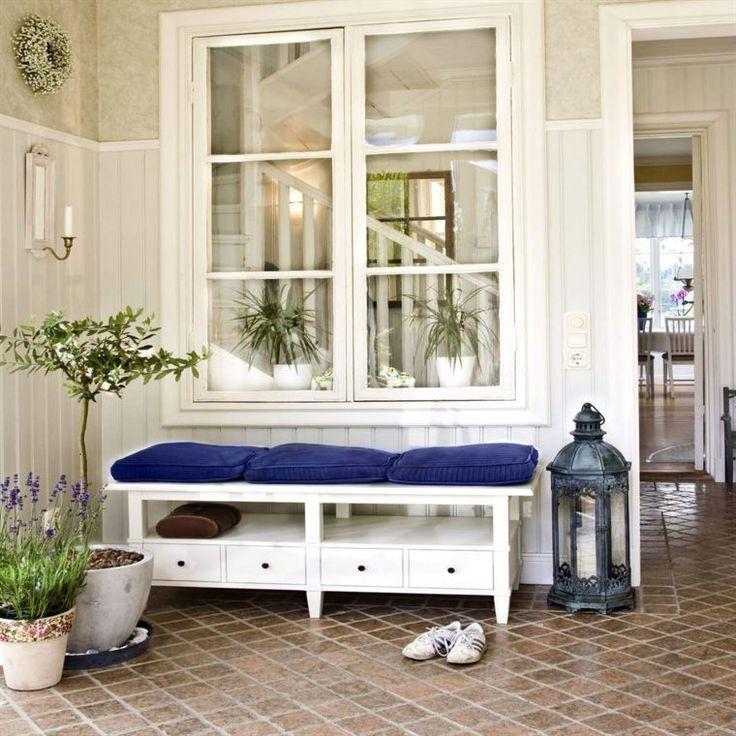 <span>Fixa en vacker och välkomande hall. I hallen är det viktigt med bra förvaring. Välj möbler, krokar, korgar och eventuellt en spegel som passar din stil. Bänk från Mio. <br></span>