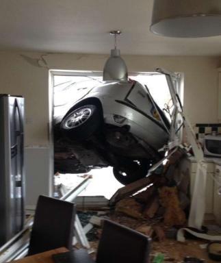 Der Ford ist direkt neben dem Kühlschrank in das Haus gekracht