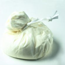 Ost af høj klasse. Bøffel mozzarella fyldt med bøffelmælk som i løbet af kort tid udvikler sig til ost. Altså en ost i en ost - uhmmmm! Gastro & Vino finder vinen til. Sprød og frisk Il Lugana