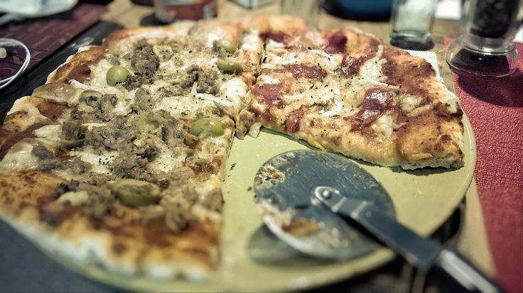 1/2 Pizza de atún, cebolla, aceitunas verdes y queso mozarella y 1/2 Pizza de chorizo español con cebolla y queso mozarella