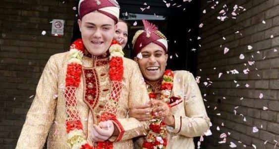 Kisah Disebalik Perkahwinan Pasangan Gay Muslim Pertama Di England   Setelah selama dua tahun menjalinkan hubungan cinta sepasang kekasih yang dipercayai orang Muslim di England telah melangsungkan pernikahan mereka yang diklasifikasikan sebagai perkahwinan pertama bagi pasangan gay Muslim di negara berkenaan.  Pasang terbabit dikenali sebagai Sean Rogen 19 sebagai suami manakala Jahed Choudury 24 tahun telah berjaya dinikahkan di Pejabat Pendaftaran Wallsal dengan memakai pakaian…