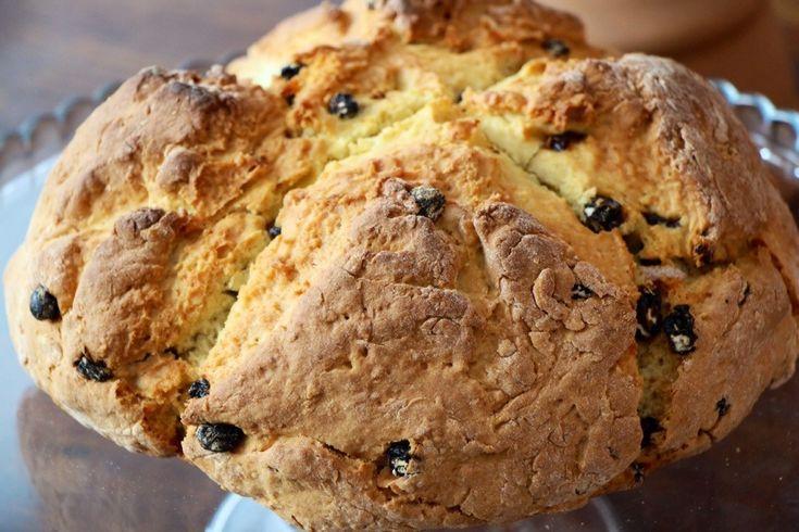 Ou um belíssimo pão levemente doce, muito agradável para ser servido ao pequeno-almoço ou ao lanche, aquecido e barrado de manteiga ou compota. 4 chávenas (chá) de farinha de trigo s/fermento 1/2 c...
