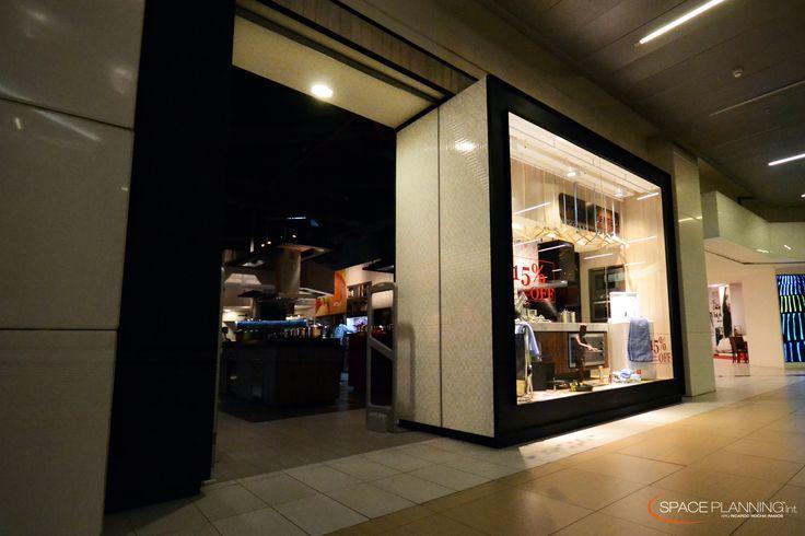 Esta tienda destaca por fusionar sutilmente lo moderno con lo clásico , también se combinan colores fuertes con tonalidades verdes dándole un toque natural acompañado de madera. La iluminación es pieza clave en la decoración.