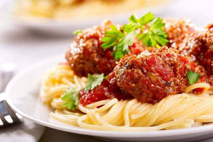 Składniki: 500 g spaghetti, 500 g mięsa mielonego wołowo-wieprzowego, 1 jajko, 3 łyżki bułki tartej, 3 ząbki czosnku, 1 łyżka masła, natka pietruszki, sól, pieprz, Sos warzywny Tarsmak. Wykonanie: ugotować makaron, zahartować go w zimnej wodzie i odcedzić. Do mięsa dodać jajko,bułkę tartą i czosnek. Doprawić i wyrobić. Uformować klopsiki i ugotować. Sos wyłożyć do rondelka, dodać klopsiki i chwilę poddusić. Na talerz wyłożyć podgrzany na maśle makaron,  klopsy z sosem i posypać natką…