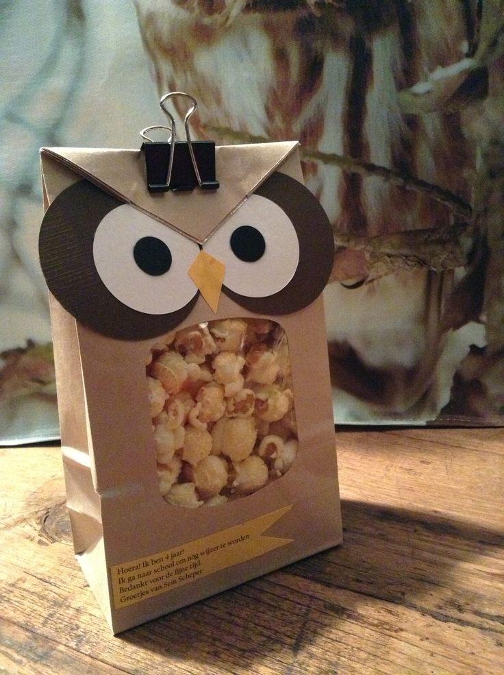 """Afscheid kinderdagverblijf traktatie. Uiltjes! Papieren zakjes met venster gevuld met popcorn. """"Ik ga naar school om nóg wijzer te worden!"""" Check http://www.mamaweetjes.nl/tips-trics/school-traktatie-maken-de-26-leukste-ideeen/ voor meer traktatie ideeën!"""