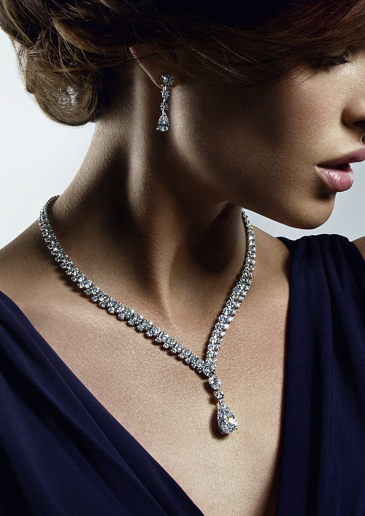 The De Beers Phenomena Reef Necklace features a stunning 8.49ct pear-cut diamond.