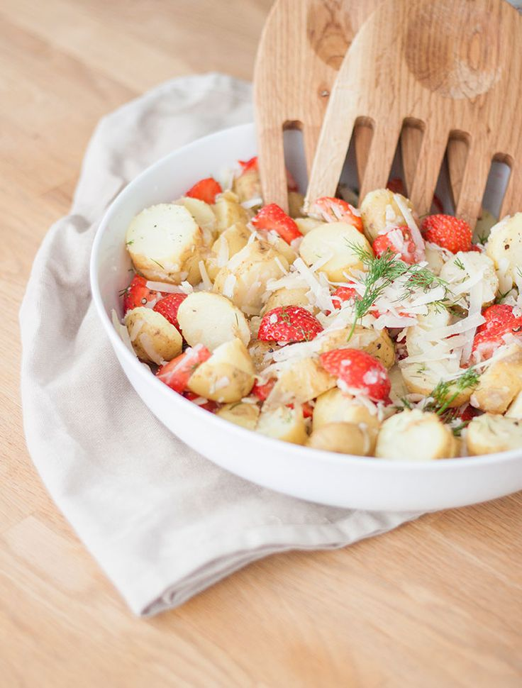 [ Somrig potatissallad med jordgubbar, dill & parmesan ] Den salta parmesanen tillsammans med de söta jordgubbarna utgör en smaskig kontrast i potatissalladen. { Ingredienser } Potatis / Jordgubbar / Dill / Parmesan / Olivolja / Salt & svartpeppar. { Instruktioner } Koka potatisen, låt svalna. Skär jordgubbarna, riv parmesanen & klipp dillen. Blanda samman i form eller skål m olivolja, salt & svartpeppar.