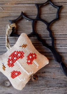 Mushroom scissor fob, freebie by The little stitcher