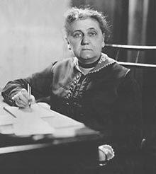 JANE ADDAMS (1860-1935). Socióloga feminista, pacifista y reformadora estadounidense. En 1890 conoció a su pareja Mary R. Smith. Trabajó en la reforma social (derechos de las mujeres, huelgas de trabajadores del sector textil). Enlazó el interaccionismo simbólico con la teoría del feminismo cultural y el pragmatismo. Dirigió conferencias internacionales de la mujer de La Haya. Participó en el movimiento sufragista. En 1931 fue la primera mujer americana en ganar el Premio Nobel.