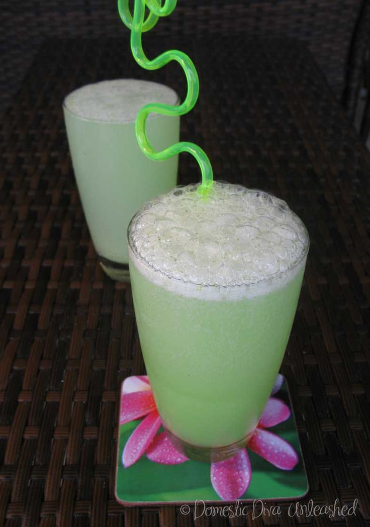 Domestic Diva: Green Smoothie with Whiz Fizz